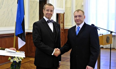 Eston Kohver (r),  receives a decoration from Estonia's President Toomas Hendrik, in 2010.